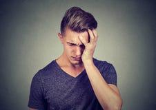 Portret van een gedeprimeerde droevige mens die neer kijken royalty-vrije stock fotografie