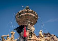 Portret van een gediplomeerde tijdens de graduatieceremonie in het belangrijkste vierkant van de stad van Trento De stad is beroe royalty-vrije stock foto's
