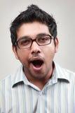 Portret van een geeuwende mens Stock Afbeeldingen