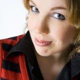 Portret van een geinteresseerde blonde krullende vrouw Stock Afbeelding