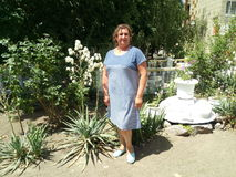 Portret van een gelooide vrouw die zich in een park bevinden Royalty-vrije Stock Fotografie