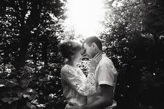 Portret van een gelukkig jong paar die van een dag in het park samen genieten Rebecca 36 royalty-vrije stock afbeelding