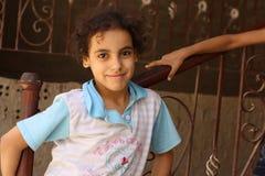 Portret van een gelukkig meisje in de straat in giza, Egypte Stock Foto's