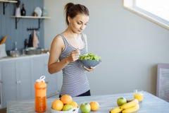 Portret van een gelukkig meisje die een gezonde snack van vers fruit en groenten hebben stock foto