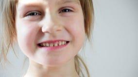 Portret van een gelukkig meisje die in lach barsten stock video