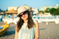 Portret van een gelukkig meisje op het strand in de ochtend bij zonsopgang royalty-vrije stock afbeelding