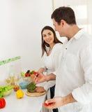 Portret van een gelukkig paar dat voedsel voorbereidt Royalty-vrije Stock Foto's