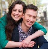 Portret van een gelukkig paar in openlucht Royalty-vrije Stock Fotografie