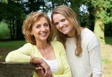 Portret van een gelukkig rijp wijfje samen met jonge vrouw royalty-vrije stock fotografie