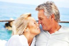 Portret van een gelukkig romantisch paar stock afbeeldingen