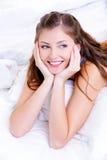 Portret van een gelukkig vrij jong meisje Stock Afbeeldingen