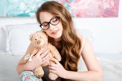 Portret van een gelukkig, vrolijk, jong blondemeisje met glazen, s Royalty-vrije Stock Foto's
