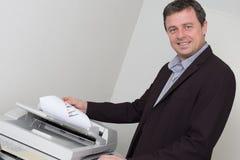 Portret van een gelukkige bedrijfsmens die machine met behulp van stock afbeeldingen