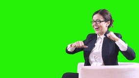 Portret van een gelukkige bedrijfsvrouw Zij toont haar hand aan het groene scherm Technologieën van de toekomst stock footage