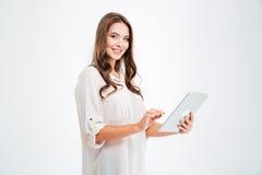 Portret van een gelukkige donkerbruine vrouw die tabletcomputer met behulp van royalty-vrije stock fotografie
