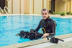 Portret van een gelukkige duikende instructeur, klaar om het duiken in de pool te onderwijzen stock foto
