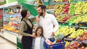 Portret van een gelukkige familie met een dochter in een kruidenierswinkelopslag stock video