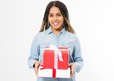 Portret van een gelukkige glimlachende afrovrouw die huidige doosdozen over witte achtergrond houdt royalty-vrije stock afbeelding