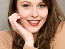 Portret van een Gelukkige Glimlachende Jonge Vrouw die Haar Hoofd rusten op haar royalty-vrije stock fotografie