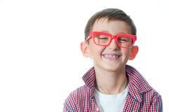 Portret van een gelukkige jonge jongen in bril Stock Foto