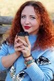 Portret van een gelukkige jonge mooie vrouw met rood haar stock fotografie