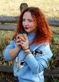 Portret van een gelukkige jonge mooie vrouw met rood haar en opzij het kijken royalty-vrije stock foto