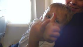 Portret van een gelukkige kleine jongen in een vliegtuig stock videobeelden