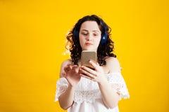 Portret van een gelukkige meisje het luisteren muziek royalty-vrije stock afbeelding