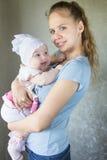 Portret van een gelukkige moeder en een baby Stock Foto