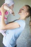 Portret van een gelukkige moeder en een baby Royalty-vrije Stock Fotografie