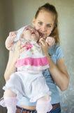 Portret van een gelukkige moeder en een baby Royalty-vrije Stock Foto's