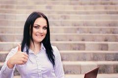 Portret van een gelukkige mooie jonge succesvolle vrouw met laptop stock fotografie