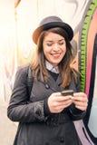 Portret van een gelukkige stedelijke jonge vrouw Royalty-vrije Stock Afbeeldingen