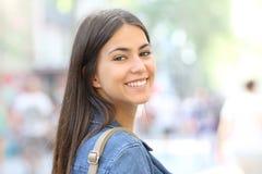 Portret van een gelukkige tiener die openlucht camera bekijken stock foto's