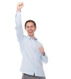 Portret van een gelukkige vrolijke mens met wapens die in viering worden opgeheven Royalty-vrije Stock Afbeeldingen