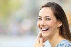 Portret van een gelukkige vrouw die bij camera glimlachen royalty-vrije stock foto's