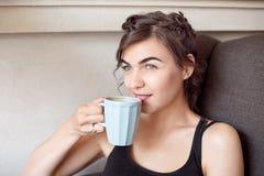 Portret van een gelukkige vrouw die en weg ontbijt denken bekijken Royalty-vrije Stock Afbeelding