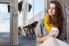 Portret van een gelukkige vrouw die en weg ontbijt denken bekijken Stock Afbeelding