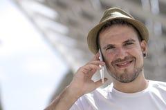 Portret van een gelukkige zakenman die in openlucht met mobiele pho lopen royalty-vrije stock fotografie