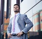 Portret van een gelukkige zekere zakenman in openlucht royalty-vrije stock foto's