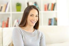 Portret van een gelukkige zitting van de huiseigenaar op een laag stock fotografie