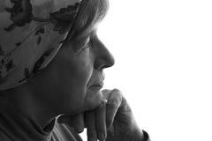 Portret van een gerimpeld gezicht van vriendelijke grootmoeder in een headscarf Stock Foto's