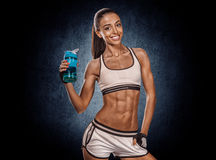 Portret van een gezond jong vrouwen drinkwater tegen een grung royalty-vrije stock foto