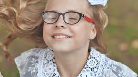 Portret van een glimlachend 13 éénjarigenmeisje gezet op glazen Dichte omhooggaand van het gezicht stock footage