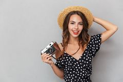 Portret van een glimlachend jong meisje in kleding en strohoed royalty-vrije stock foto