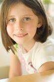 Portret van een glimlachend meisje Stock Foto's