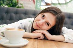 Portret van een glimlachend meisje bij een lijst royalty-vrije stock afbeeldingen