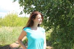 Portret van een glimlachend meisje met de donkere achtergrond van de haar ionenaard Royalty-vrije Stock Afbeeldingen