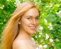 Portret van een glimlachend meisje op aard stock afbeeldingen