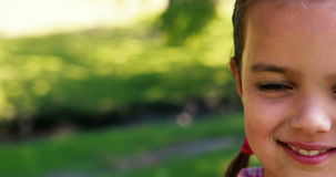 Portret van een glimlachend meisje in park stock footage